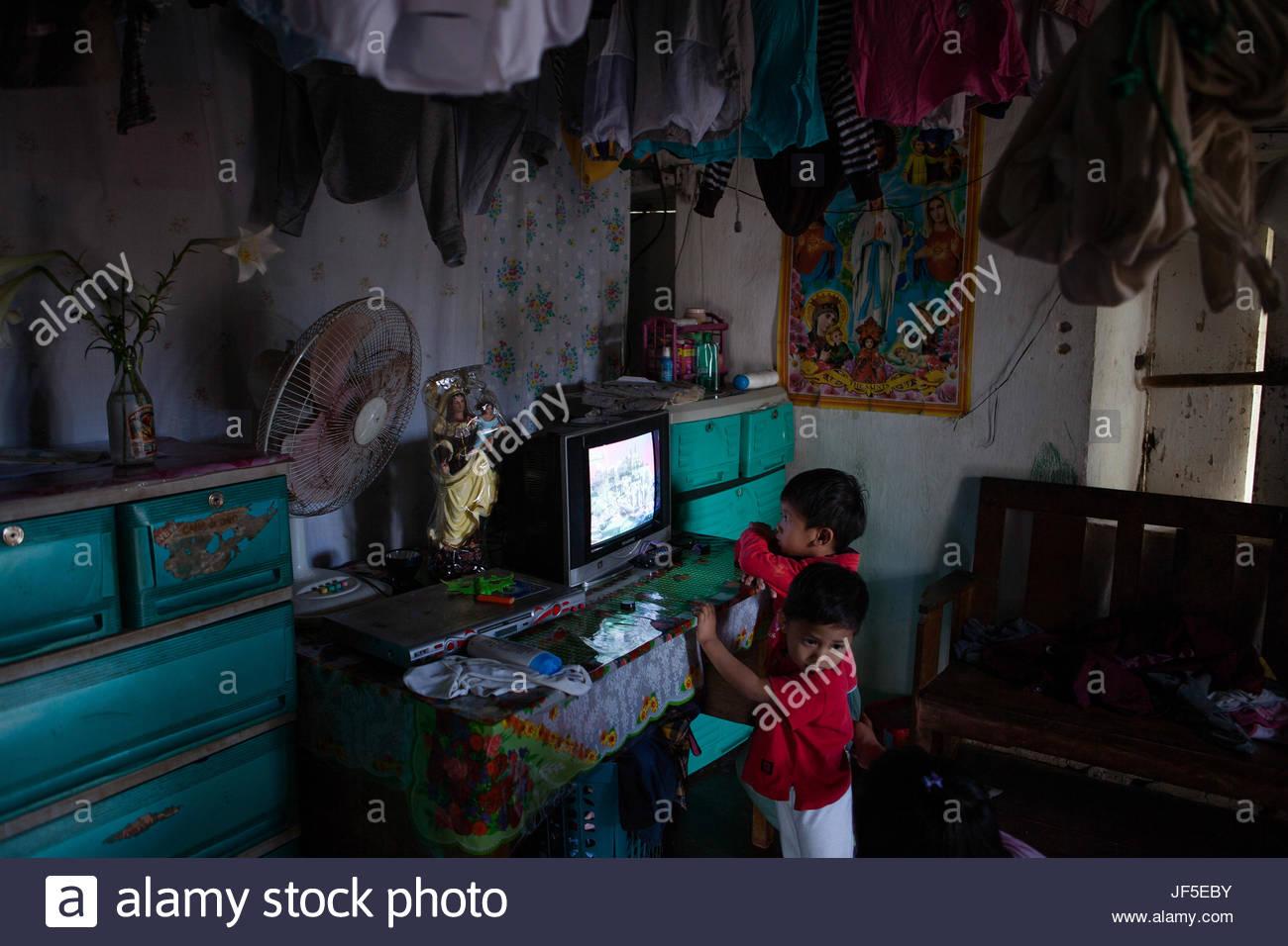 Ivatan Kinder Fernsehen in ihrem Haus in Batanes. Zugang zum ...