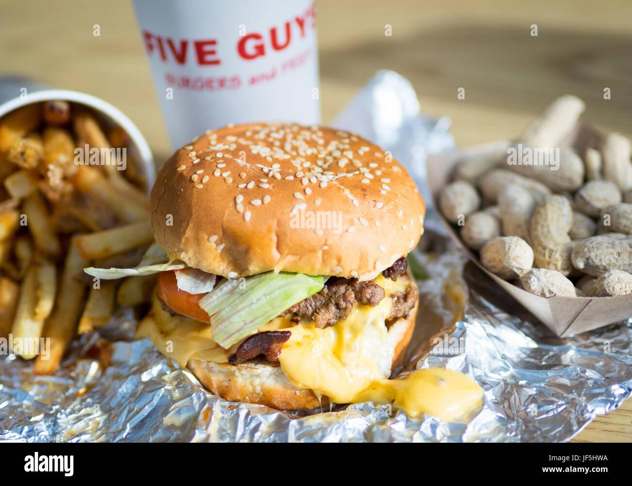 Ein Bacon Cheeseburger, Pommes Frites und Erdnüsse aus fünf Jungs Burger und Pommes, eine amerikanische Stockbild