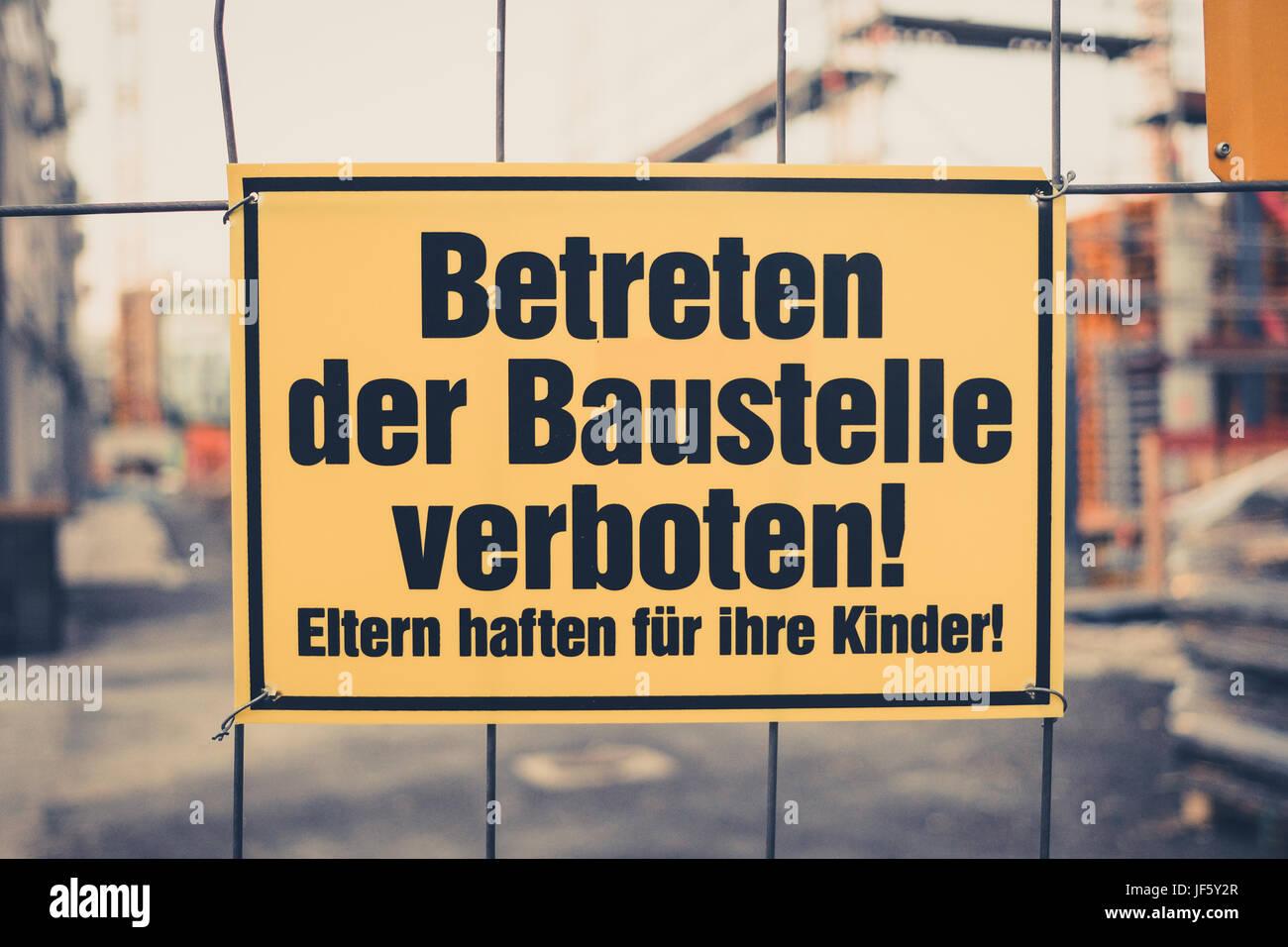 gelbe zeichen in deutscher sprache betreten der baustelle verboten eltern haften f r ihre. Black Bedroom Furniture Sets. Home Design Ideas