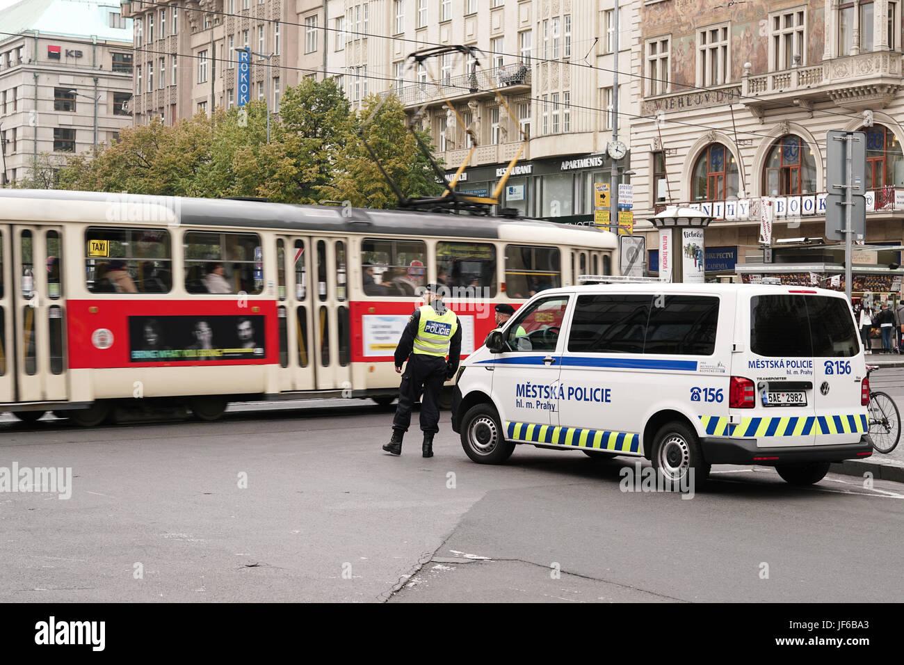 Verstärkte Polizeipräsenz in Prag Stockbild