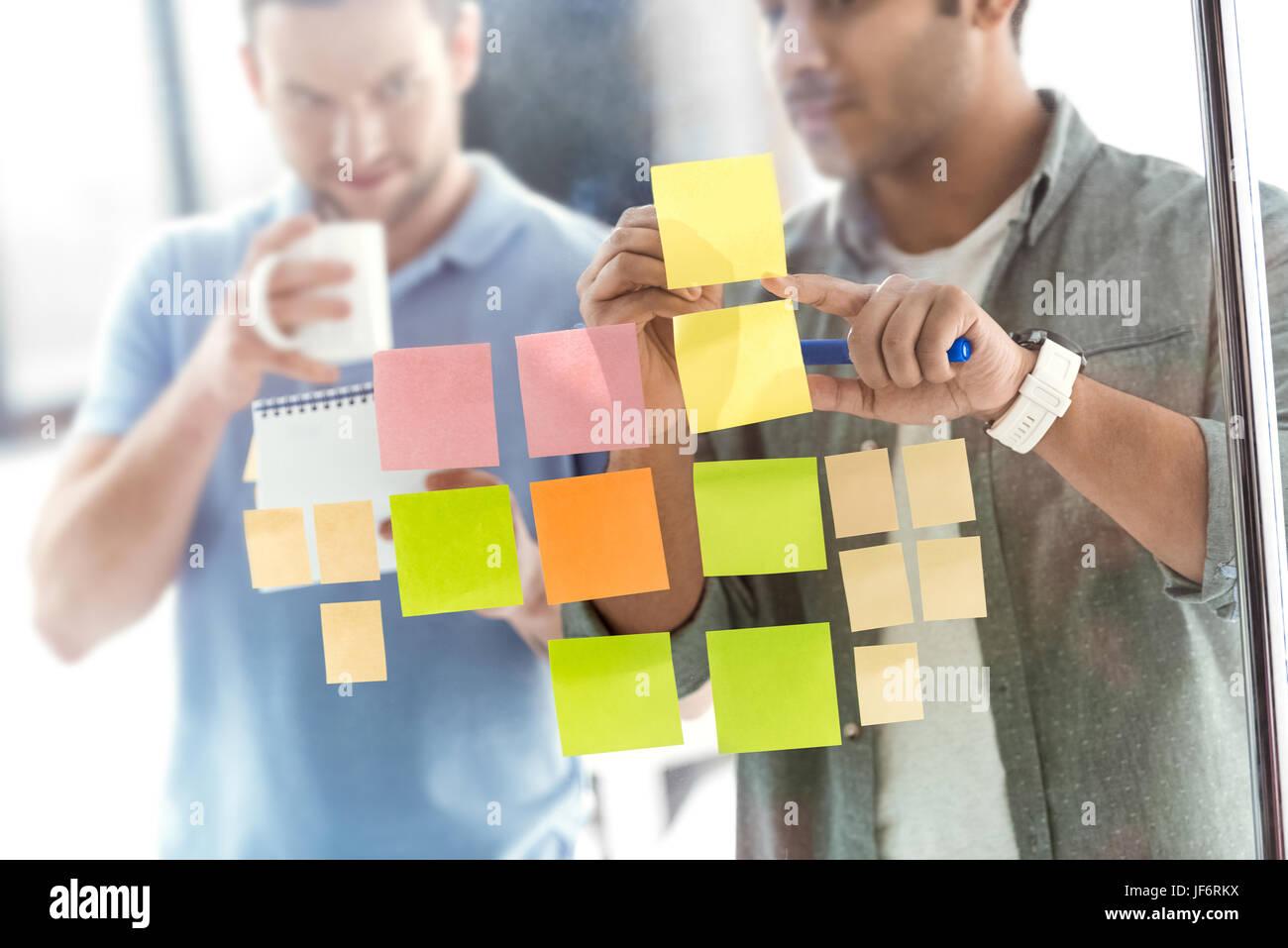 lässige Unternehmer arbeitet an neuen Projekt im modernen Büro, Geschäft Teamarbeit Stockfoto