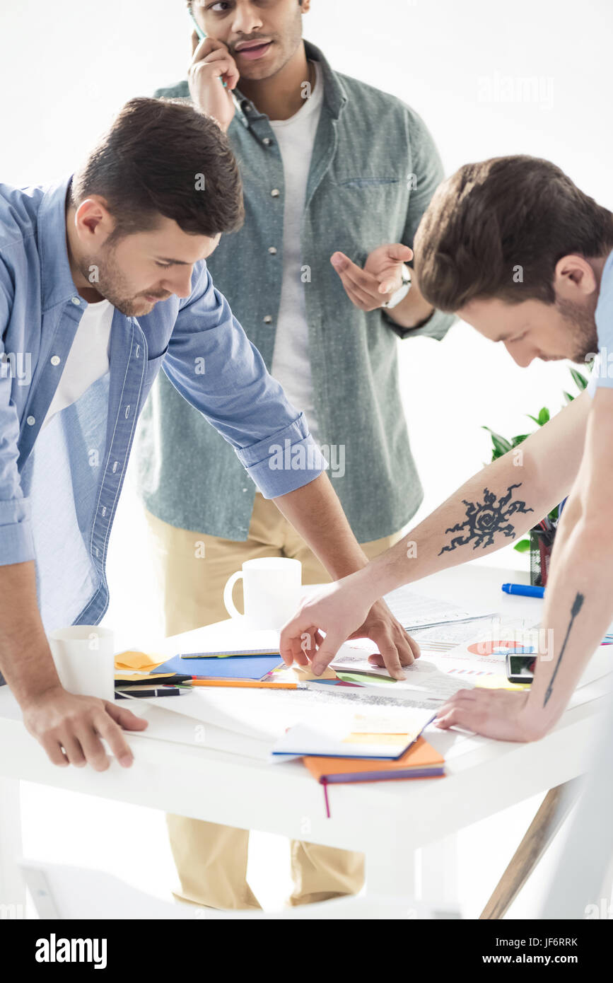 lässige Unternehmer arbeitet an neuen Projekt im modernen Büro, Geschäft Teamarbeit Stockbild