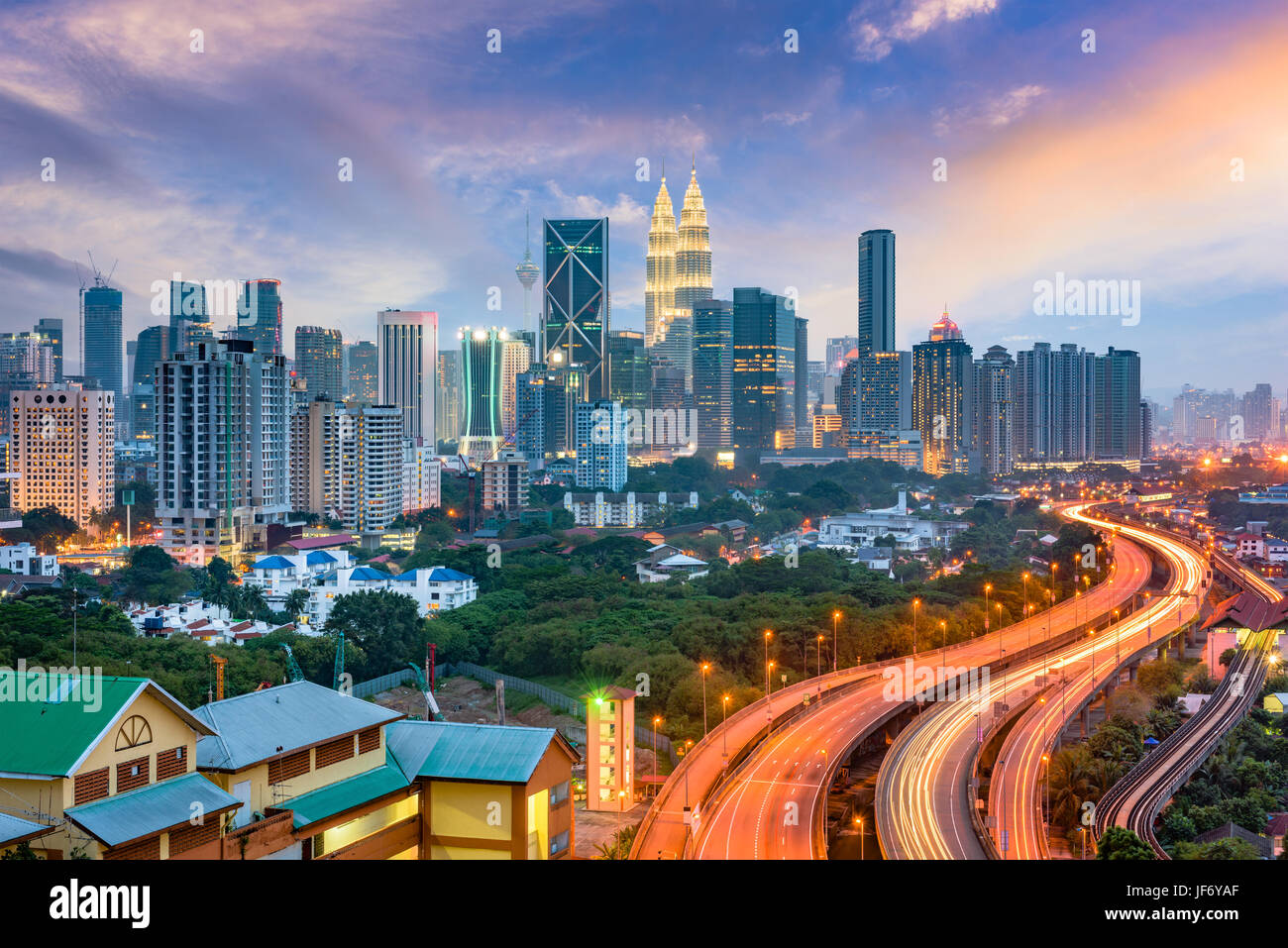 Kuala Lumpur, Malaysia Autobahnen und Skyline. Stockbild