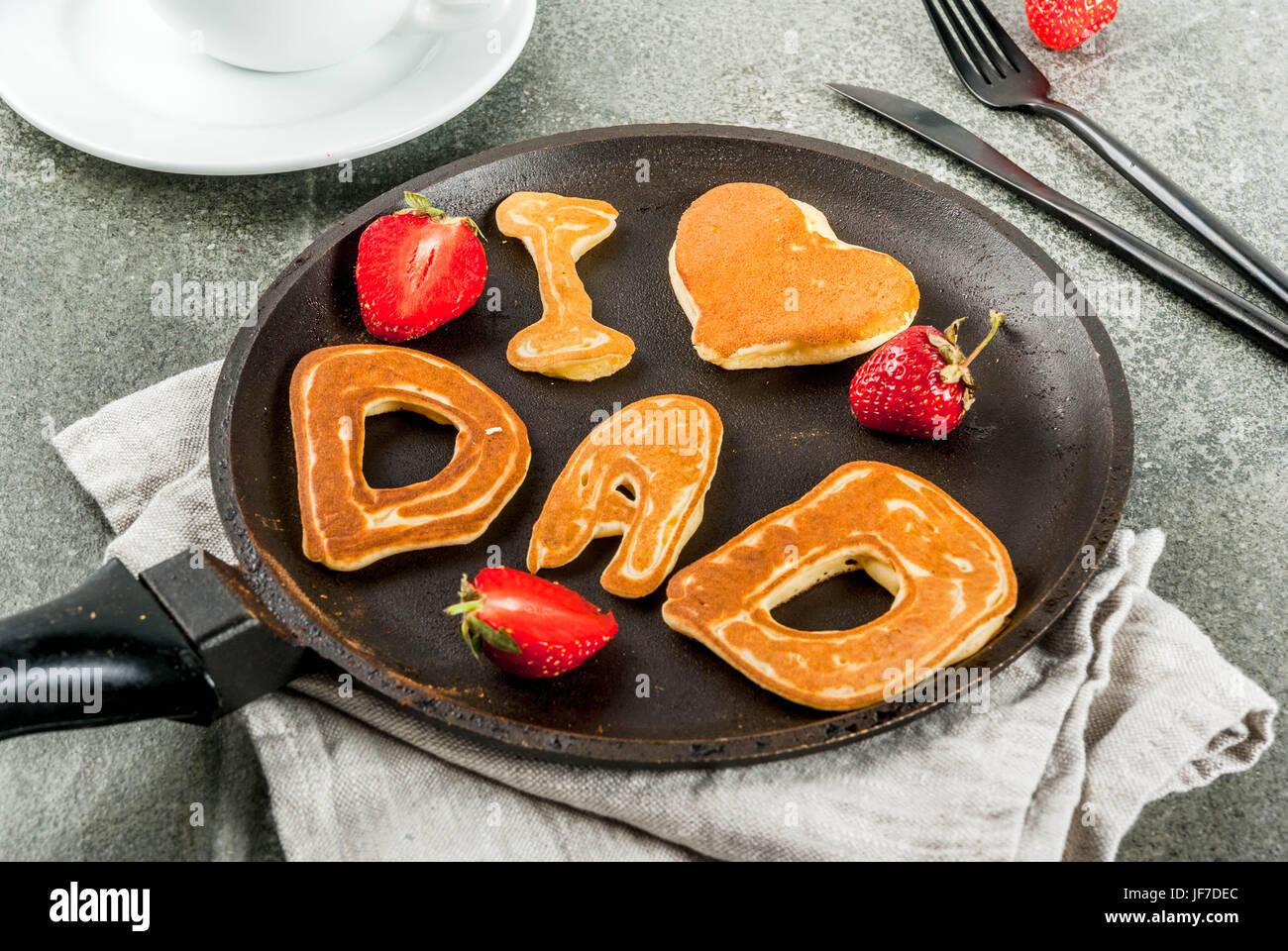Vatertag feiern. Frühstück. Die Idee für ein reichhaltiges und leckeres Frühstück: Pfannkuchen Stockbild