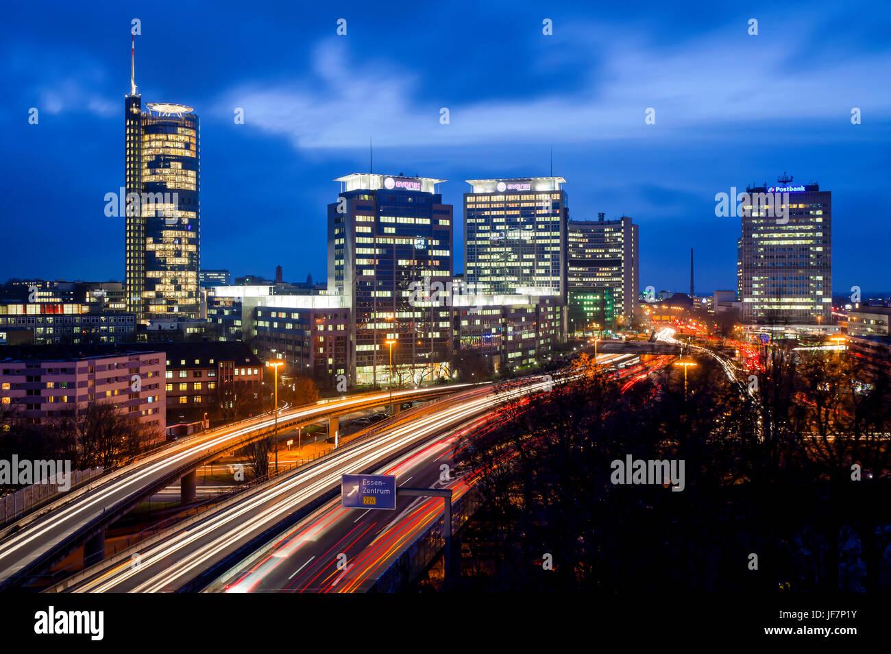 Essen-Stadt-Panorama mit der Autobahn A40, die Gebäude von RWE, Evonik und Postbank, Essen, Nordrhein-Westfalen, Stockfoto
