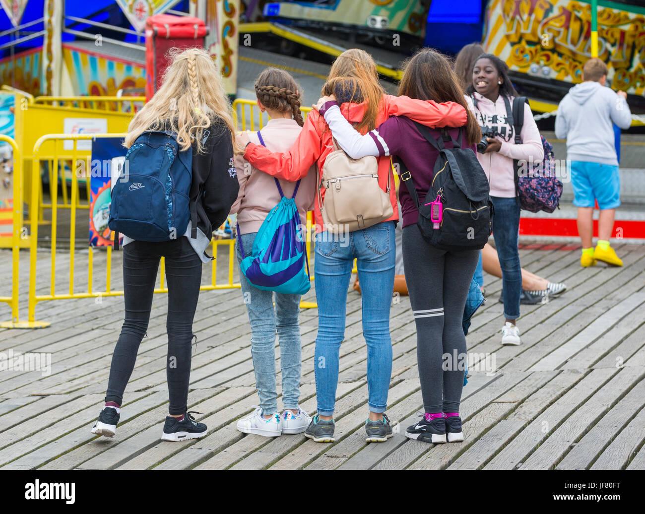 Mädchen, die ein Foto von einer Gruppe von Freunden von einem Tag. Stockbild