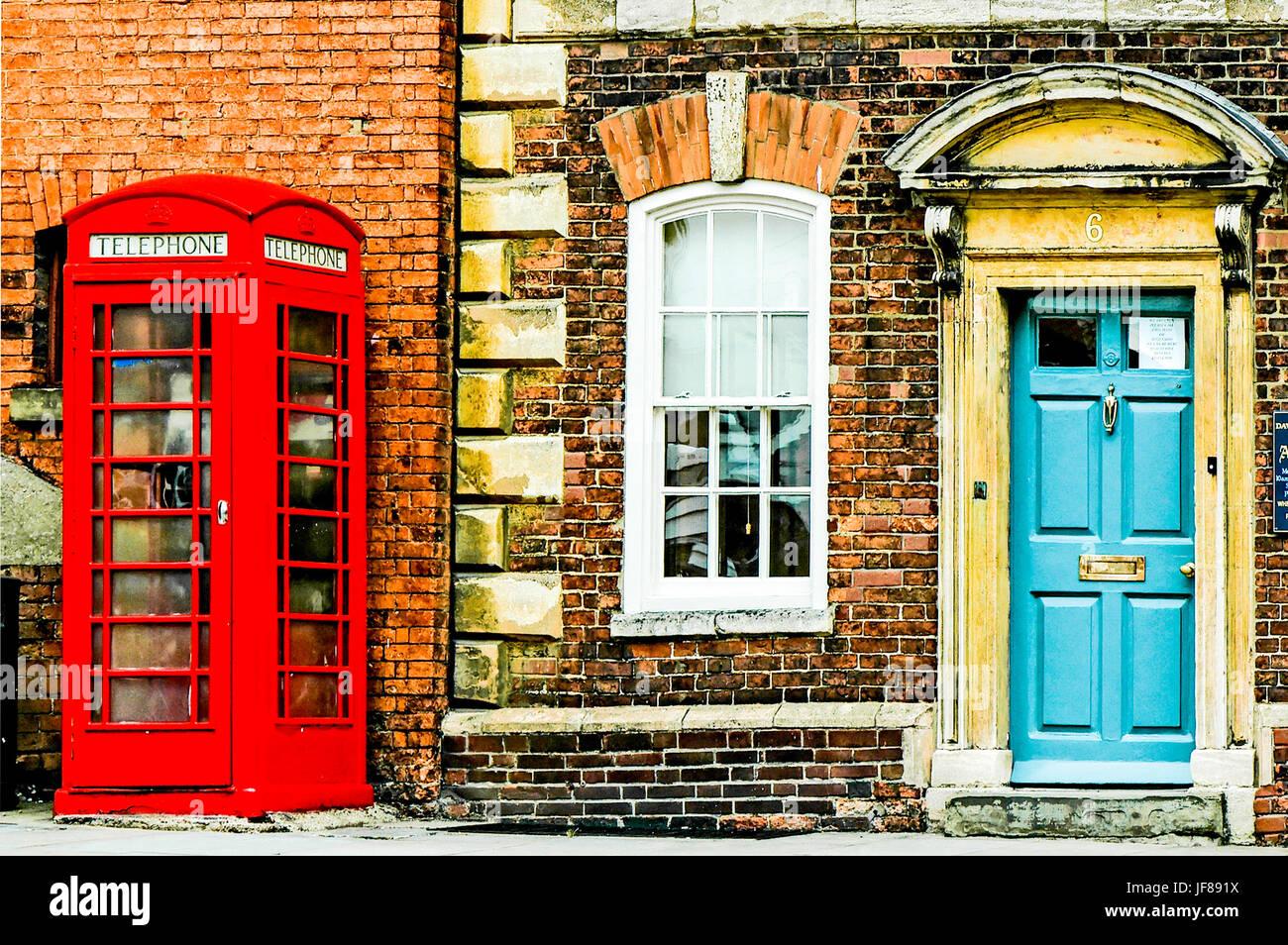 Typisch Englisch: Haustür und Telefon-Box; Typisch