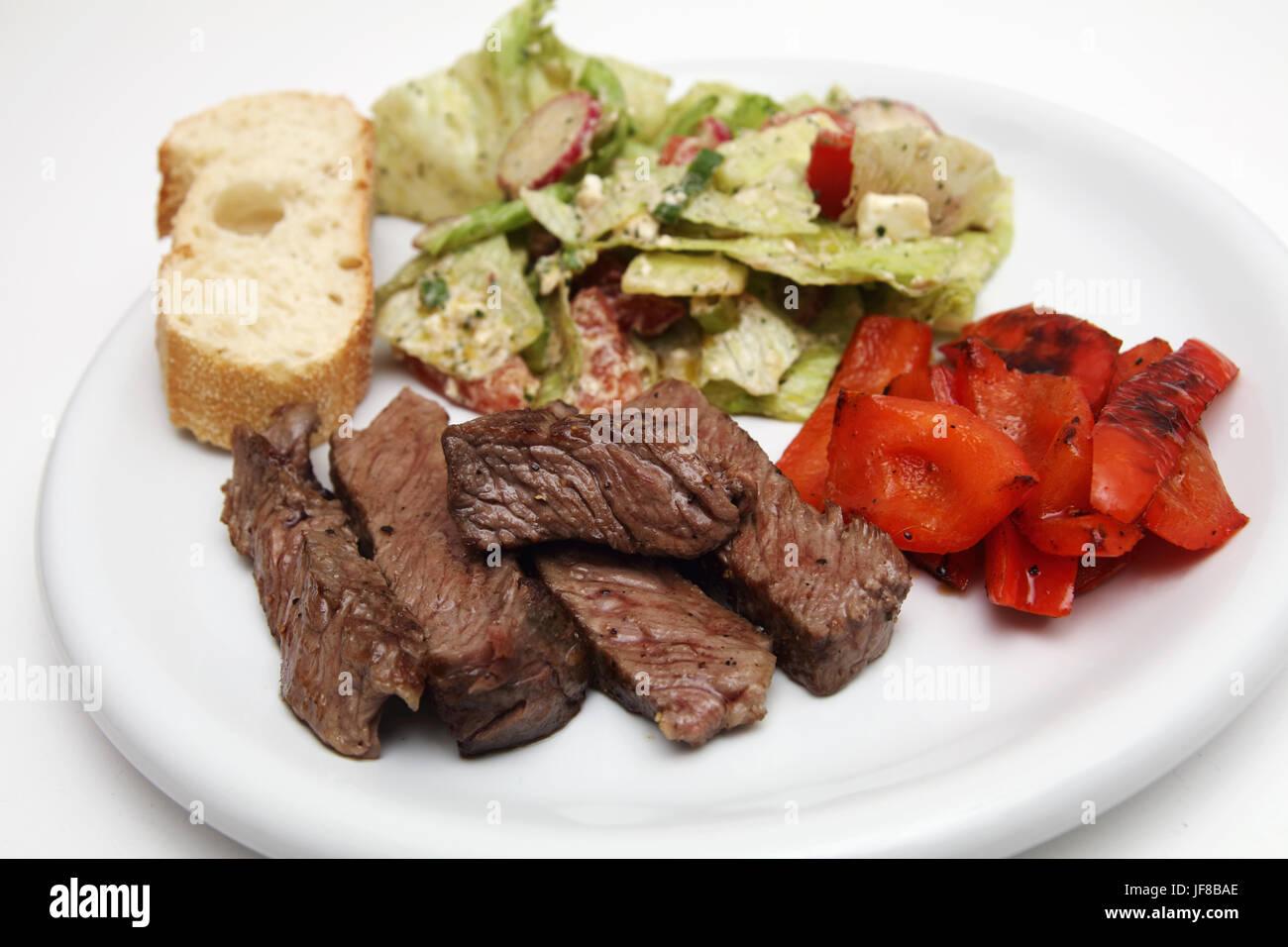 Roastbeef Streifen Mit Salat Und Baguette Stockbild