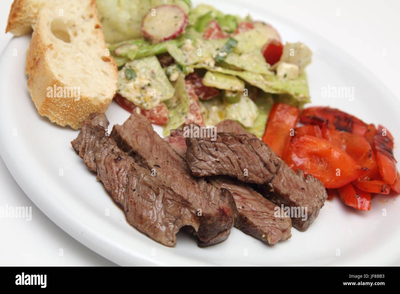 Roastbeef Streifen Mit Salat Und Baguette Stockfoto