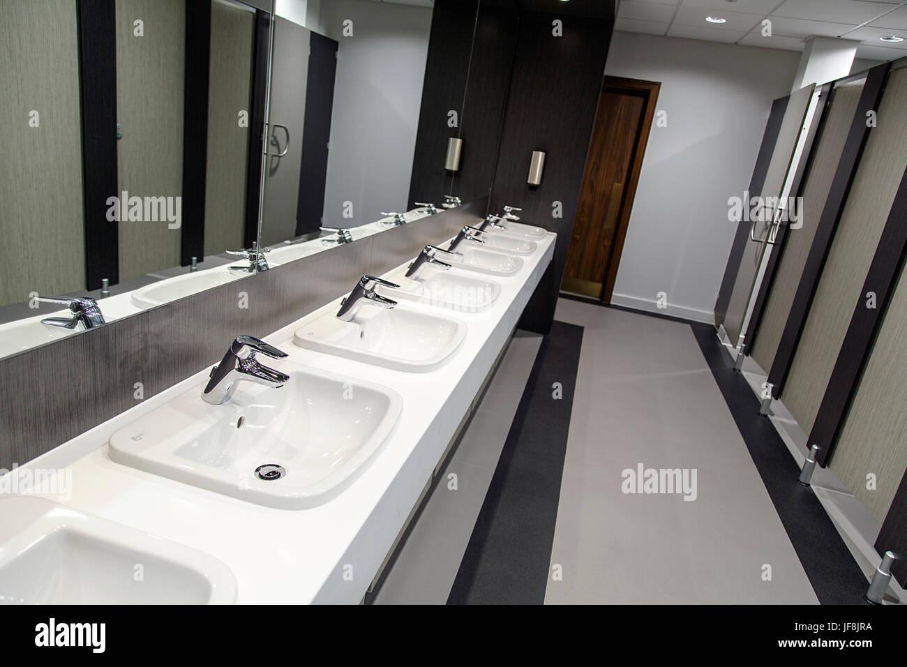 Offentliches Bad Reihe Von Waschbecken Und Schrank Turen Stockfoto
