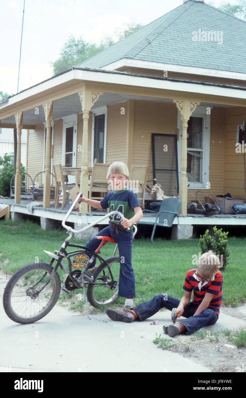 Jungen zusammen in einem 70er mit einem Raleigh Chopper bike vor ...