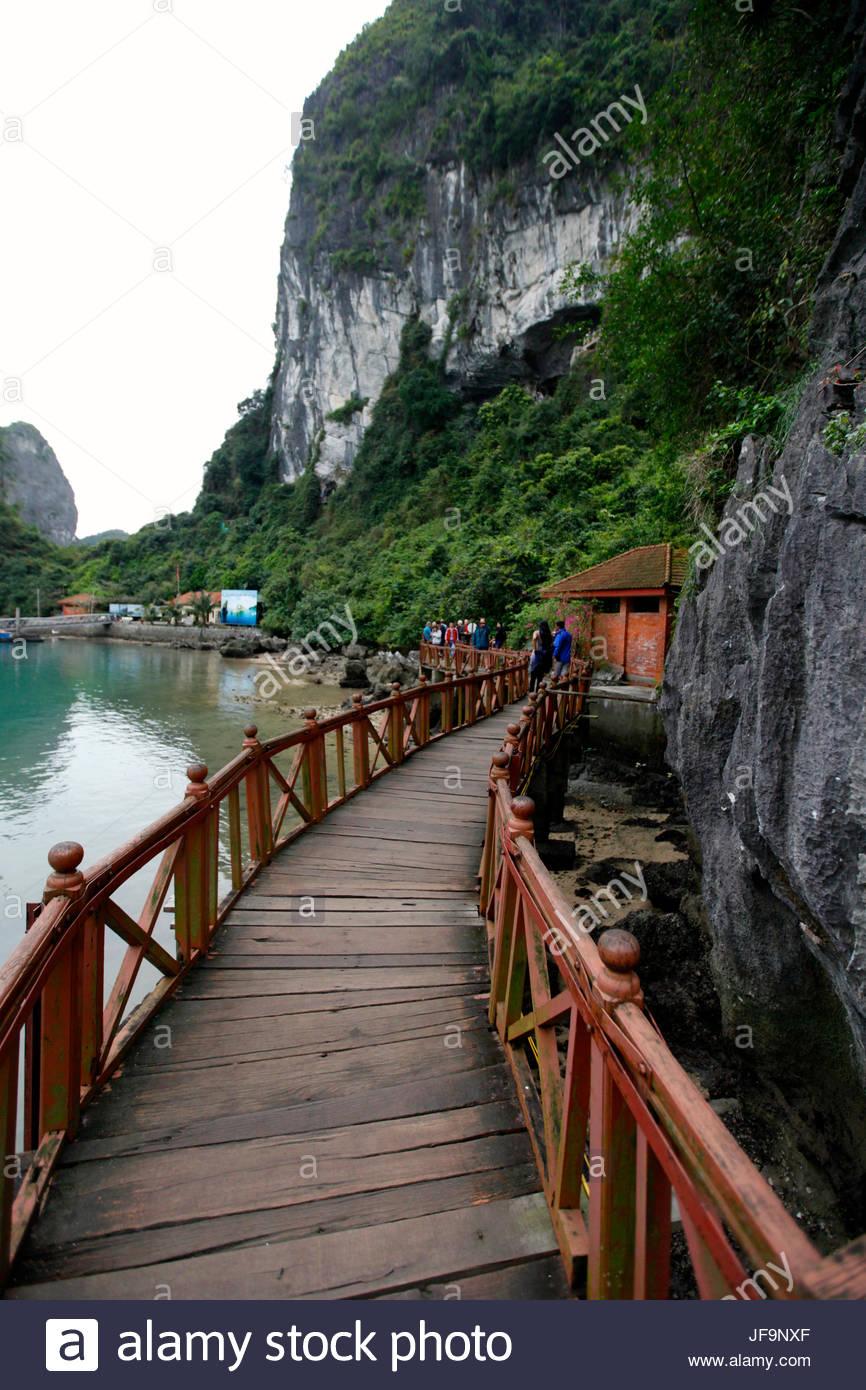 Eine Holzbrücke, die Sung Sot Grotte in Ha Long Bay verlassen. Stockbild