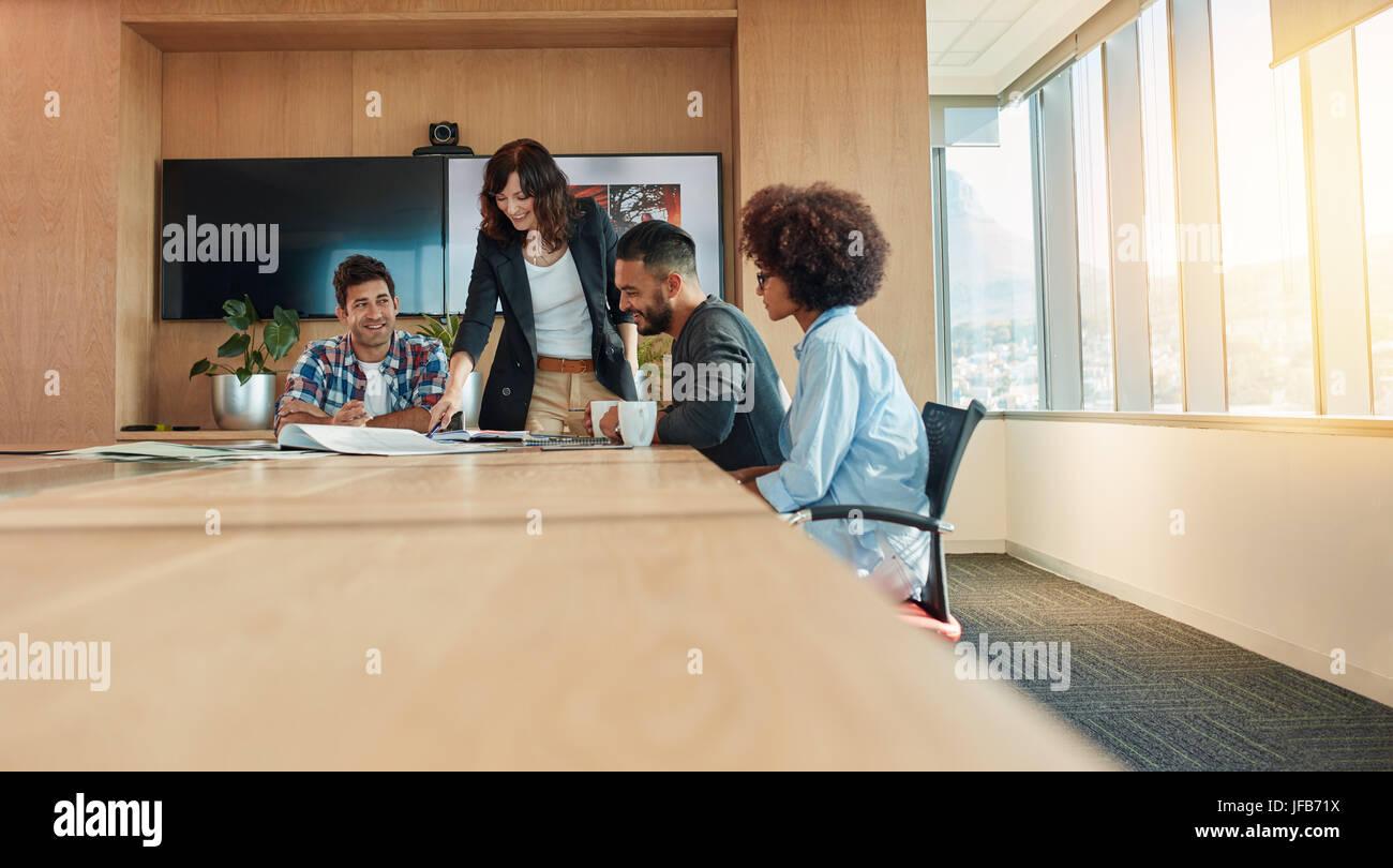 Multi ethnischen Gruppe von jungen Geschäftsleuten treffen im Konferenzraum. Team von Kreativ-Profis diskutieren Stockbild
