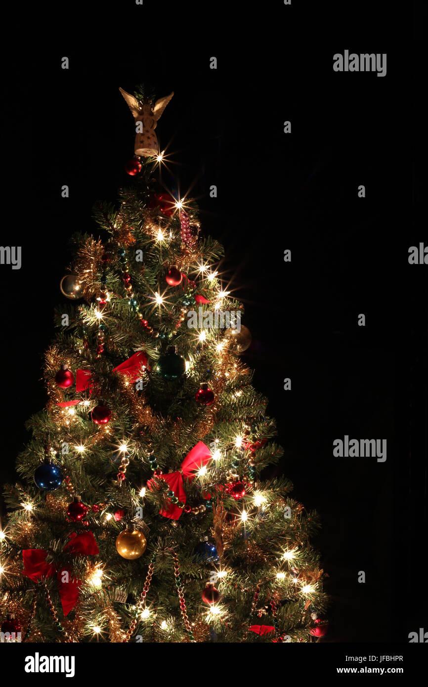 funkelnder kleine weihnachtsbaum mit roten schleifen. Black Bedroom Furniture Sets. Home Design Ideas