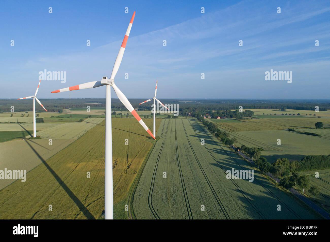 Windkraftanlagen in der Nähe von Suelbeck, Niedersachsen, Deutschland Stockbild