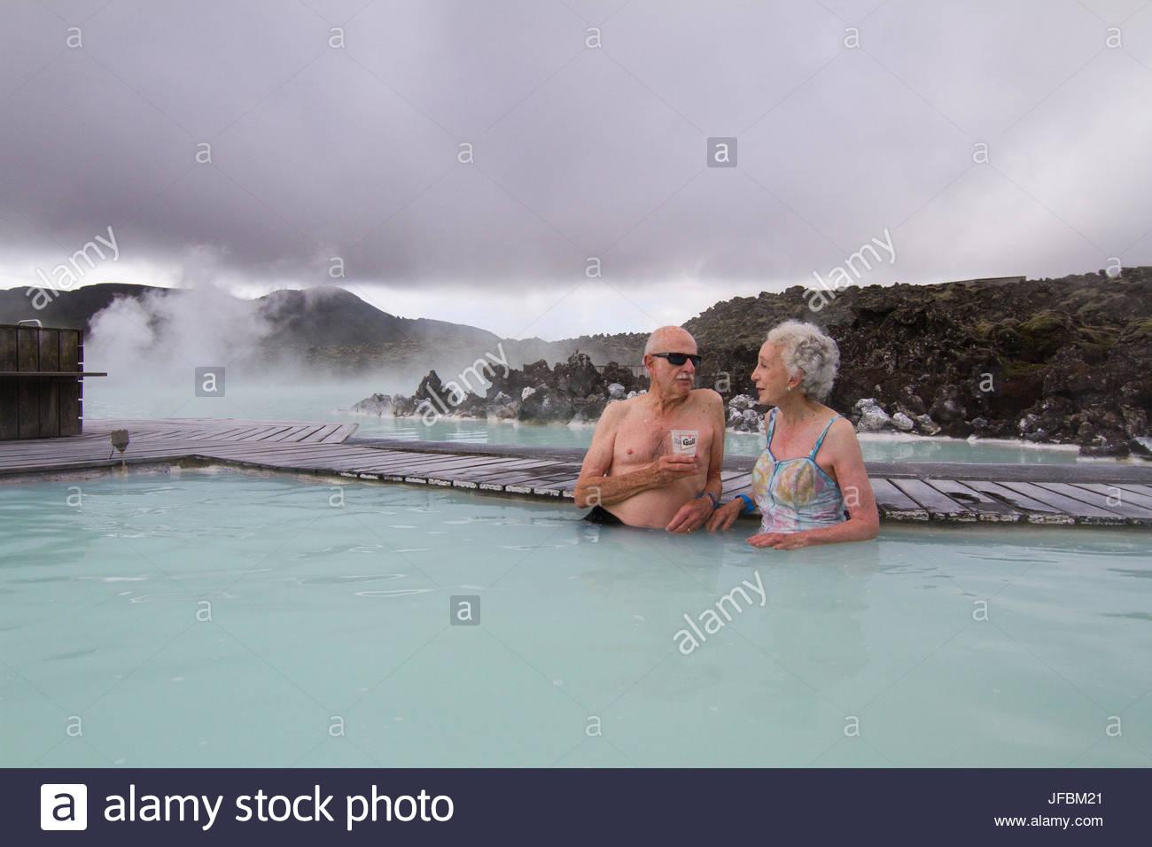 Ein älteres Ehepaar entspannt in der blauen Lagune. Stockbild