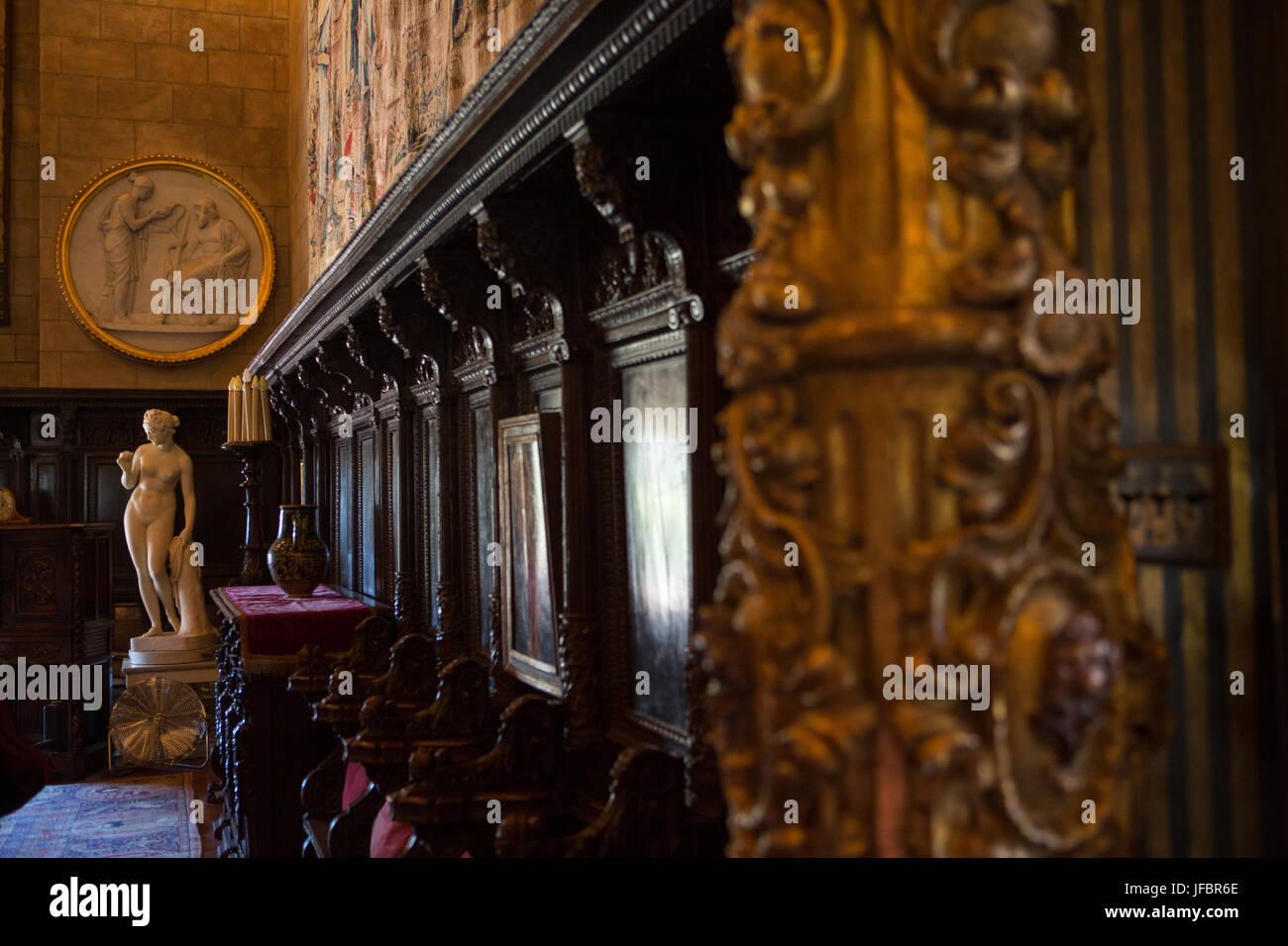 Hearst Castle Innenwände sind mit Chor Stuhl Stände, Statuen geschmückt, und kunstvolle Dekoration. Stockfoto