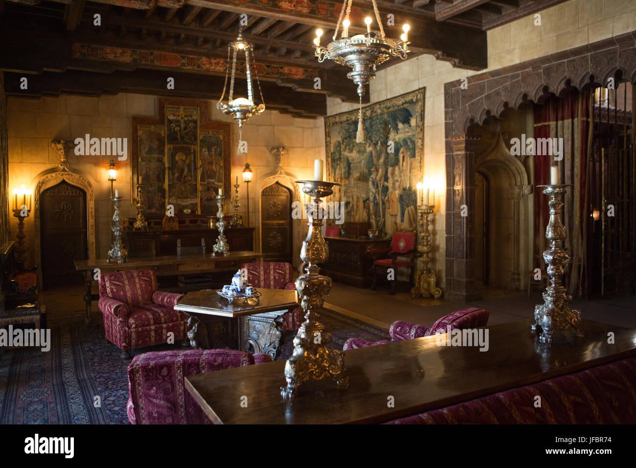 Das Hearst Castle Wohnzimmer mit Möbel, Tapisserien, Kunstwerke, verzierte Kerzen und Lampen eingerichtet. Stockbild