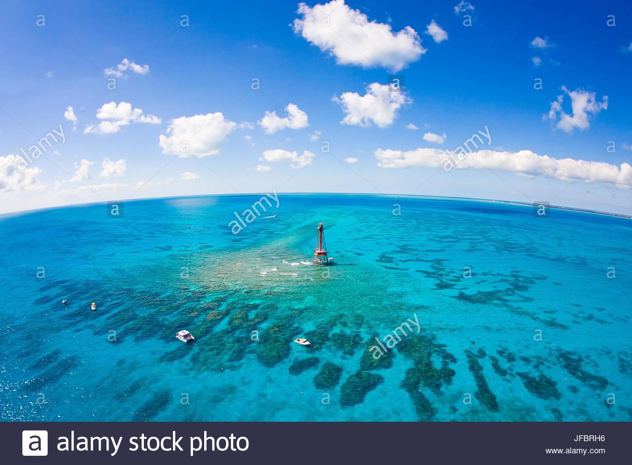 Luftaufnahme von Tauchen und Schnorcheln Boote bei Sombrero Coral Reef System aus den Florida Keys im Frühling Stockbild