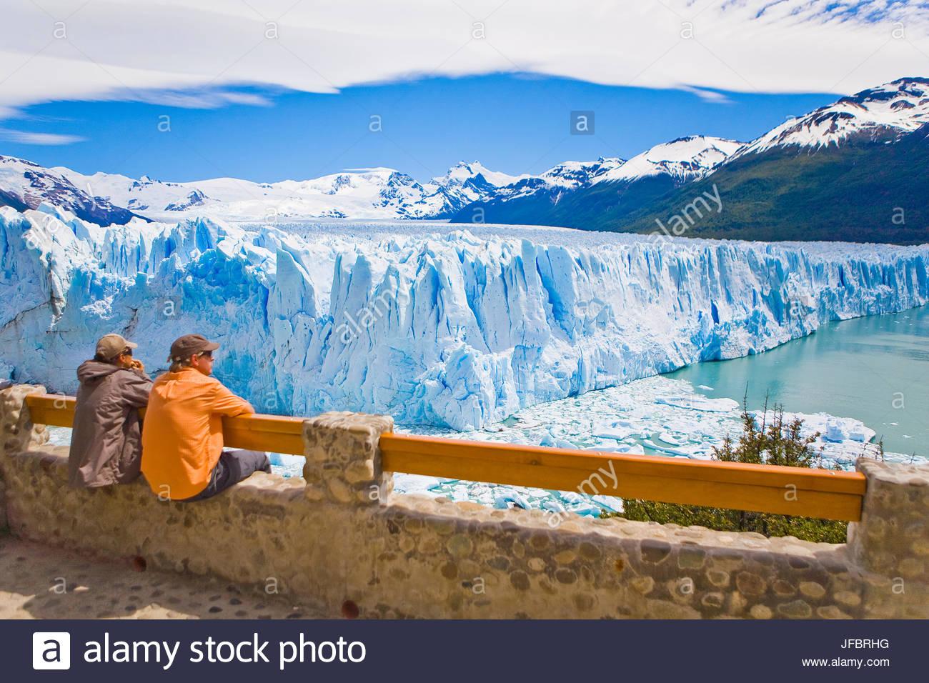 Touristen, die Anzeige des Perito Moreno Gletschers in Argentinien. Stockbild