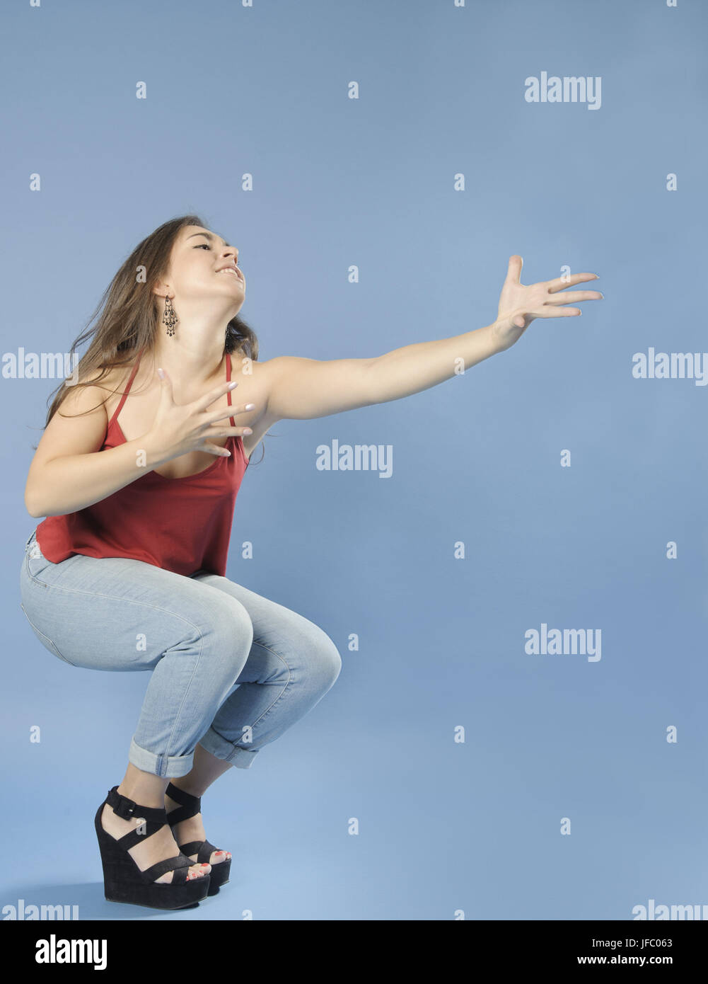 Leidenschaftlich Mädchen zieht die Arme nach vorne. Stockbild