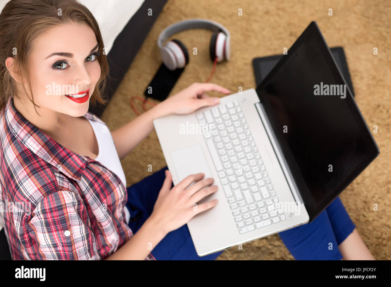 Porträt der jungen Studentin mit line Bildungsangebot