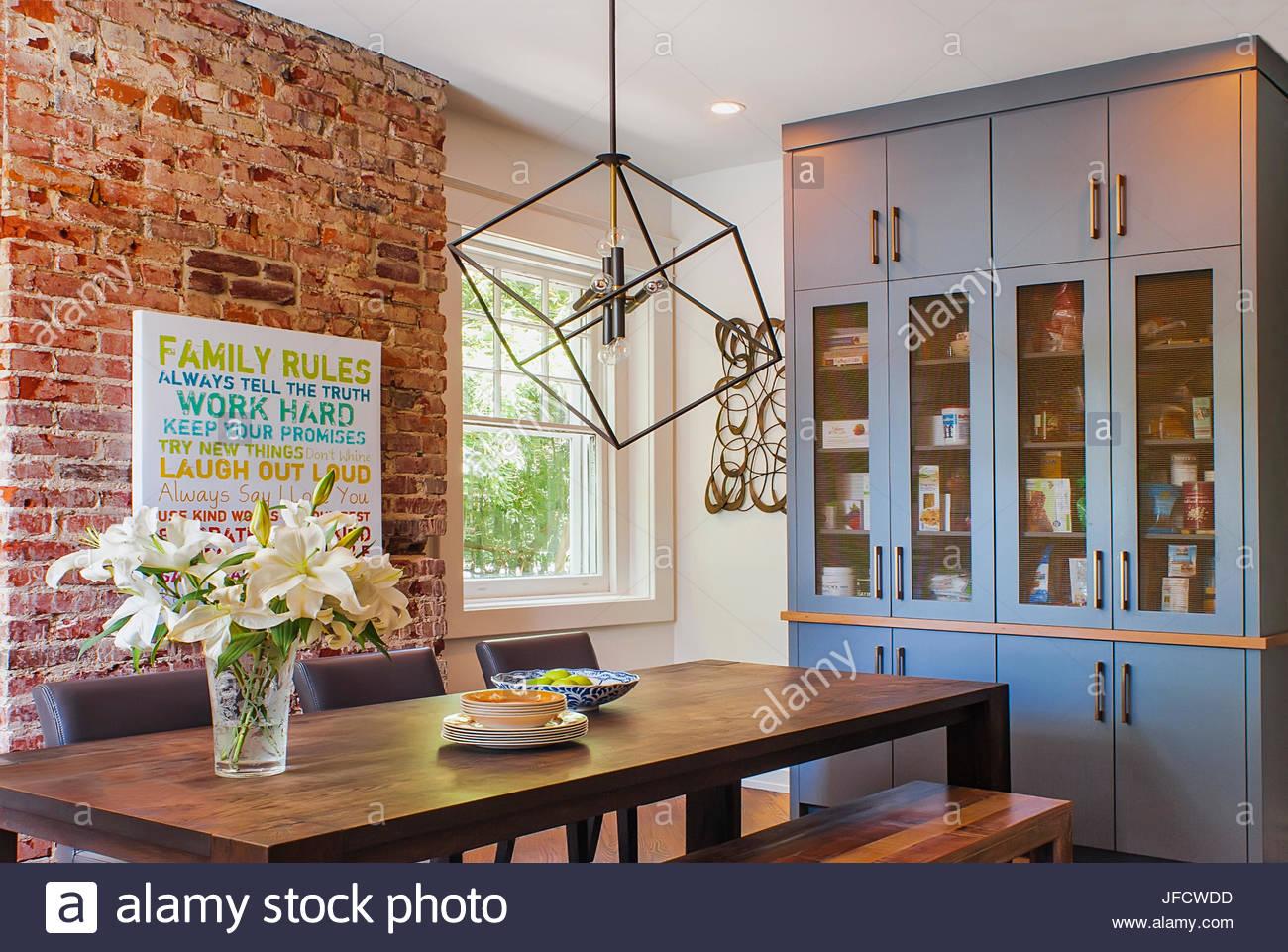 Esszimmer mit Bauernhof Tisch, moderne Kronleuchter, blau ...