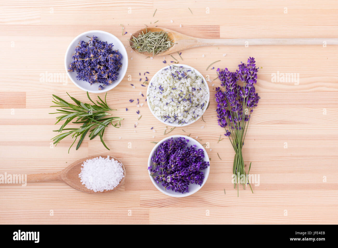 Kräutersalz von Rosmarin und Lavendel-Blüten Stockbild