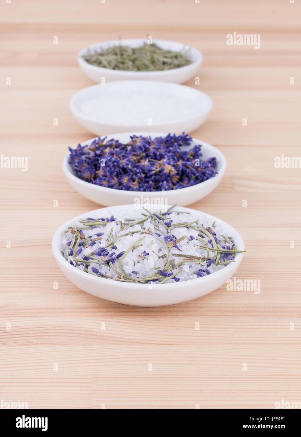 Kräutersalz mit Rosmarin und Lavendel-Blüten Stockbild