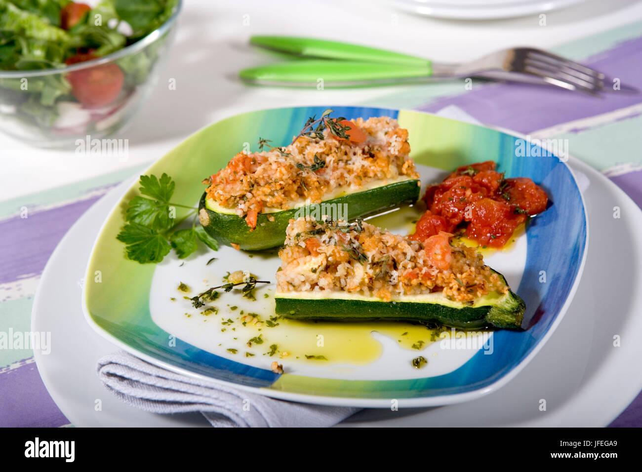 Gefüllte Zucchini mit couscous Stockbild