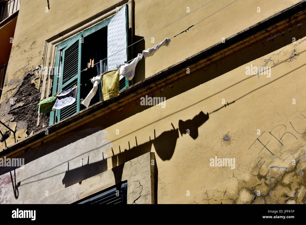Wasche Hangen Aus Fenster Trocknen Schatten An Wand Stockfoto Bild