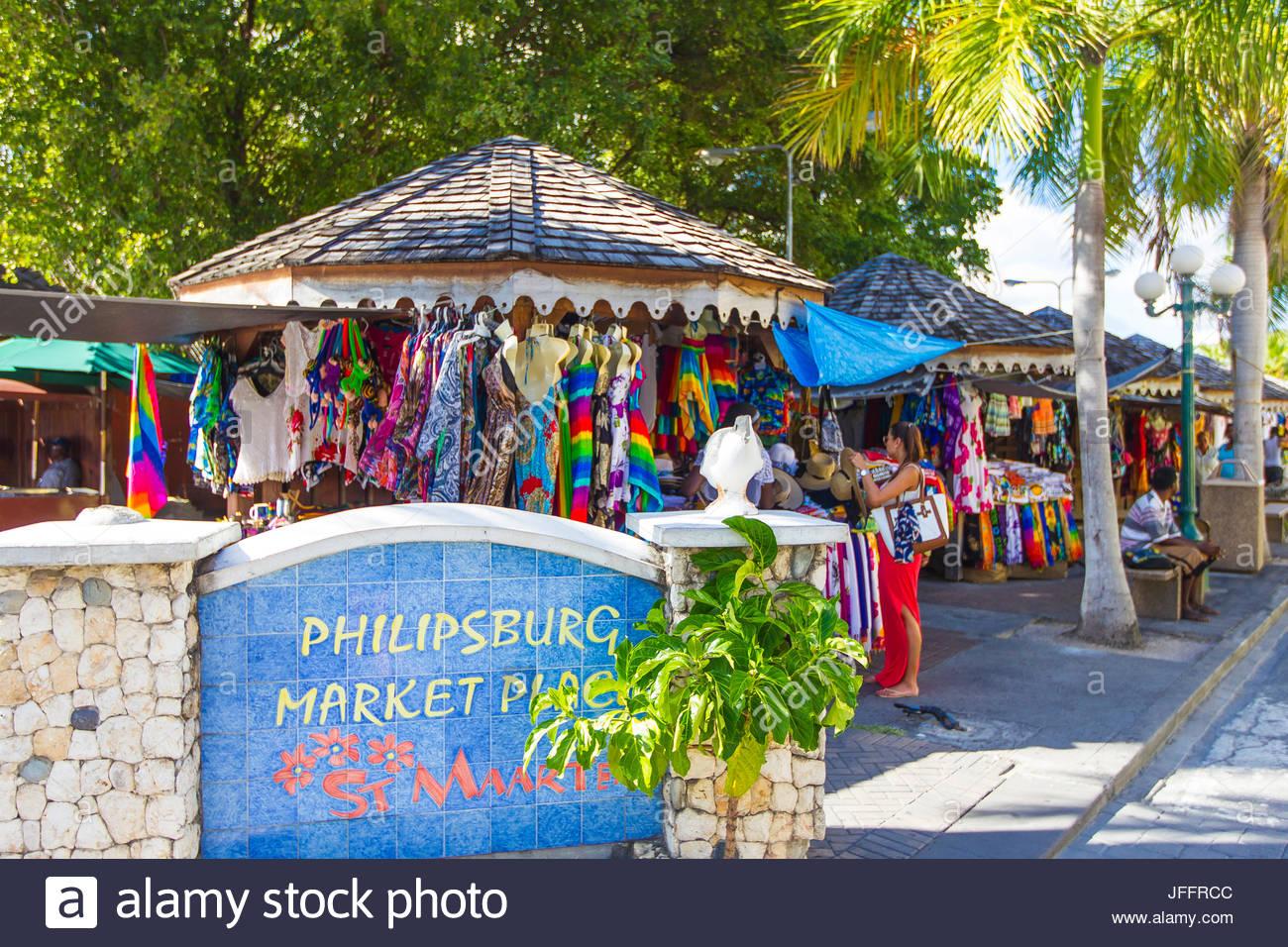Einen bunten Markt, im Schatten von Palmen und anderen Bäumen in der Innenstadt von Philipsburg, St. Martins Stockbild