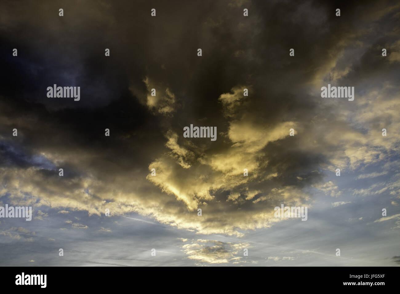Himmel mit bedrohlicher Wolkenformation Stockbild