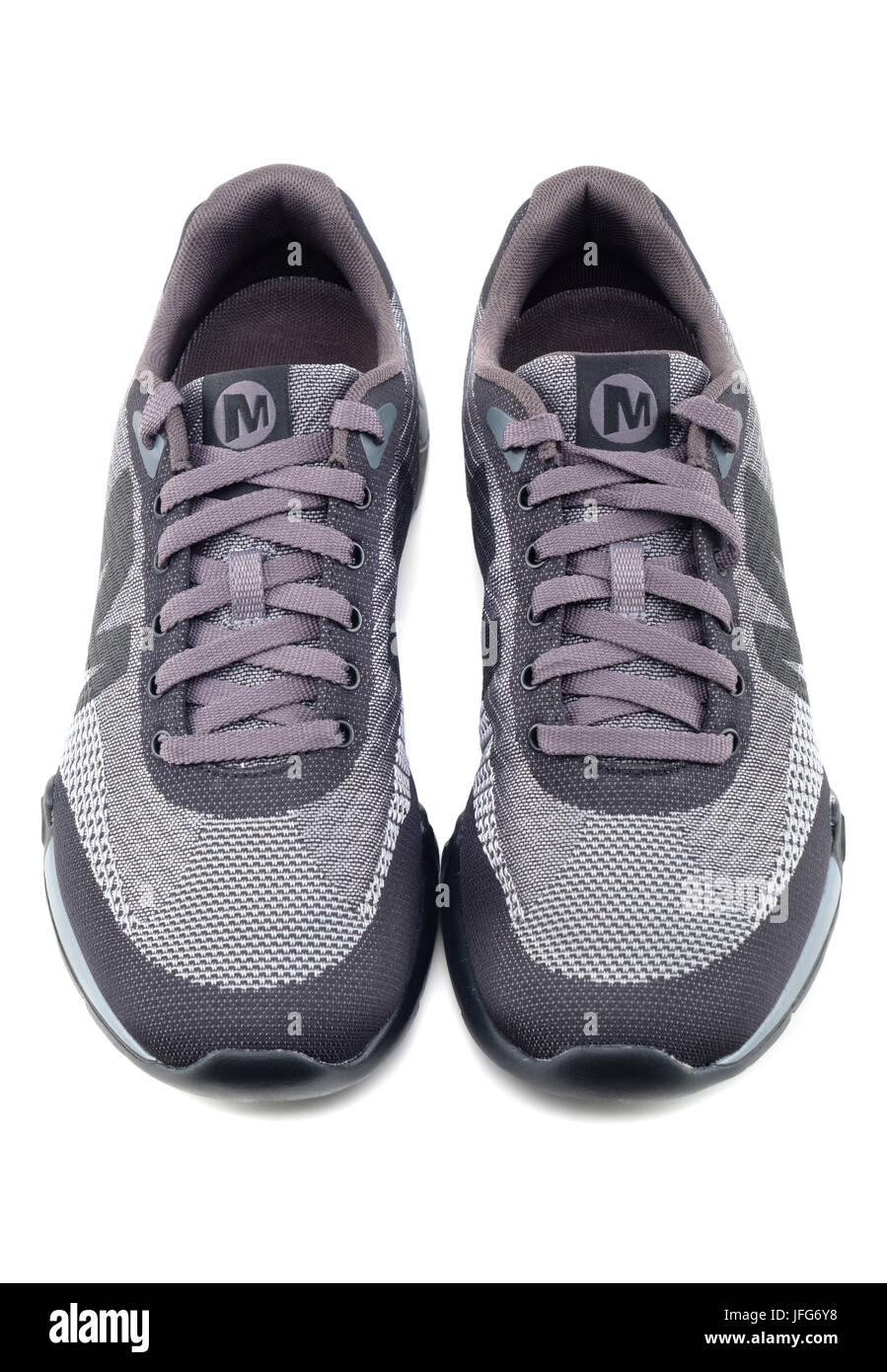 Paar grau Merrel casual Schuhe schneiden Sie auf weißem