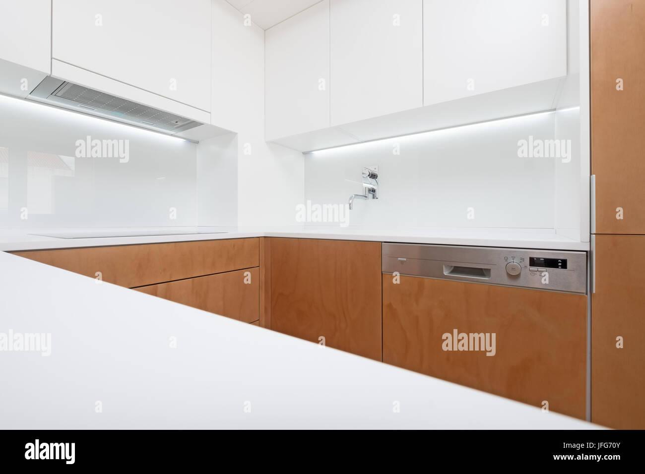 Moderne Küche Einrichtung Mit Weißen Und Holz Schränke Stockbild