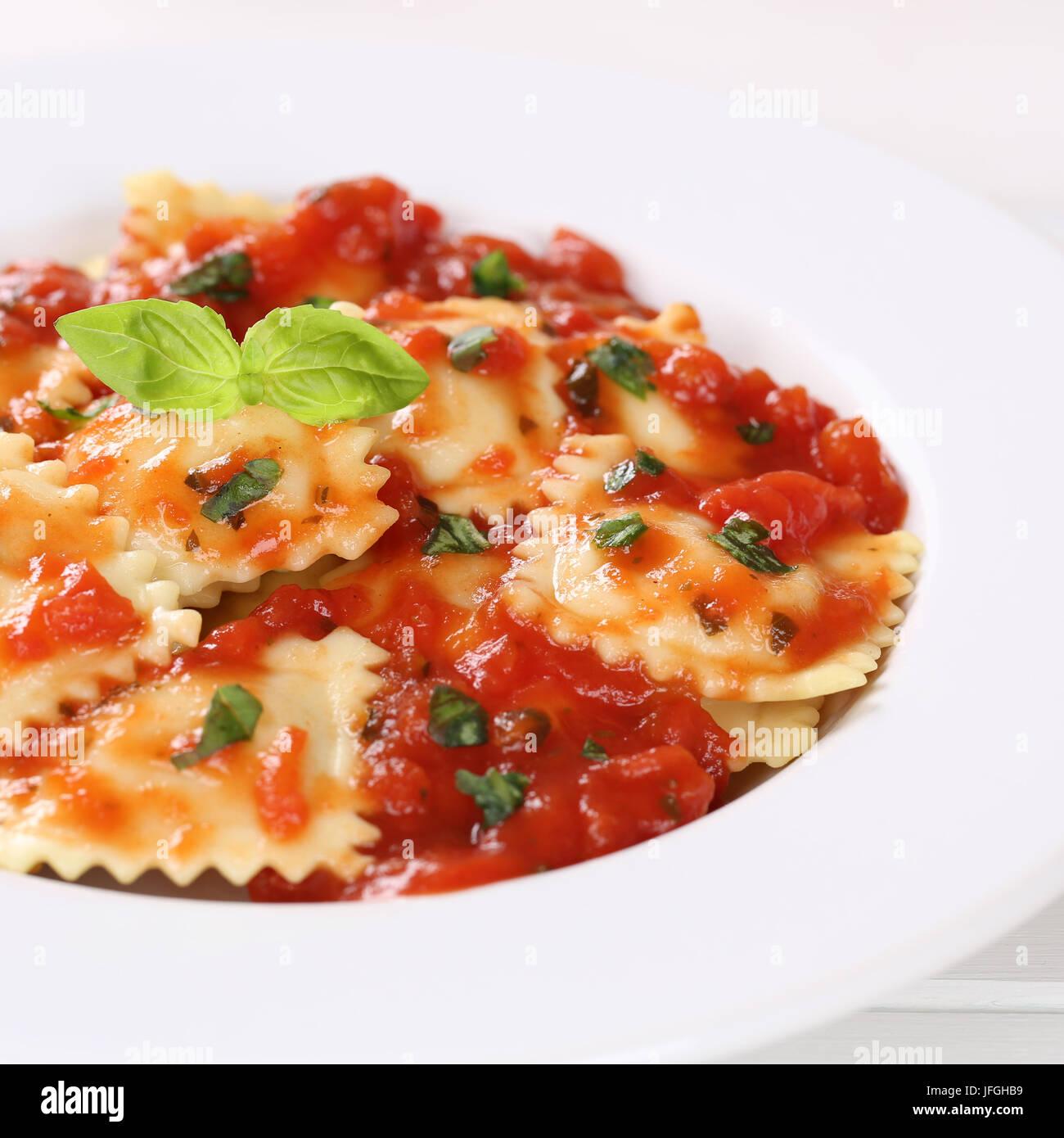 Ravioli mit Tomaten Soße Essen Nudeln Nudeln mit Teller Stockbild