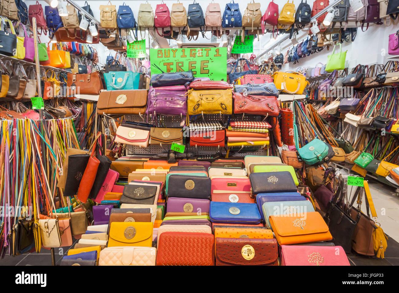 Shop Display Of Fake Purses And Handbags Stockfotos und