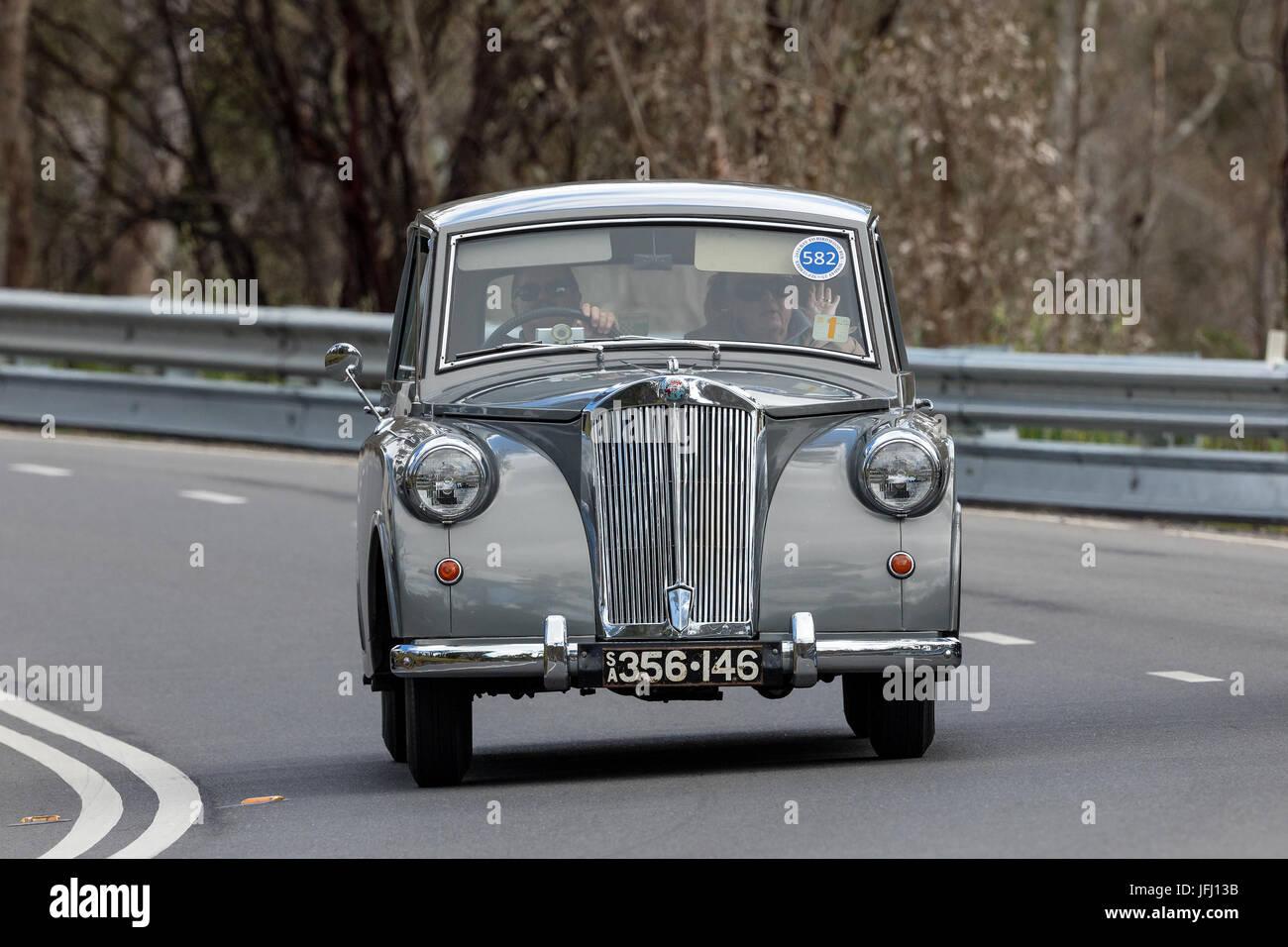 Jahrgang 1952 Triumph Mayflower Limousine fahren auf der Landstraße in der Nähe der Stadt Birdwood, South Stockbild