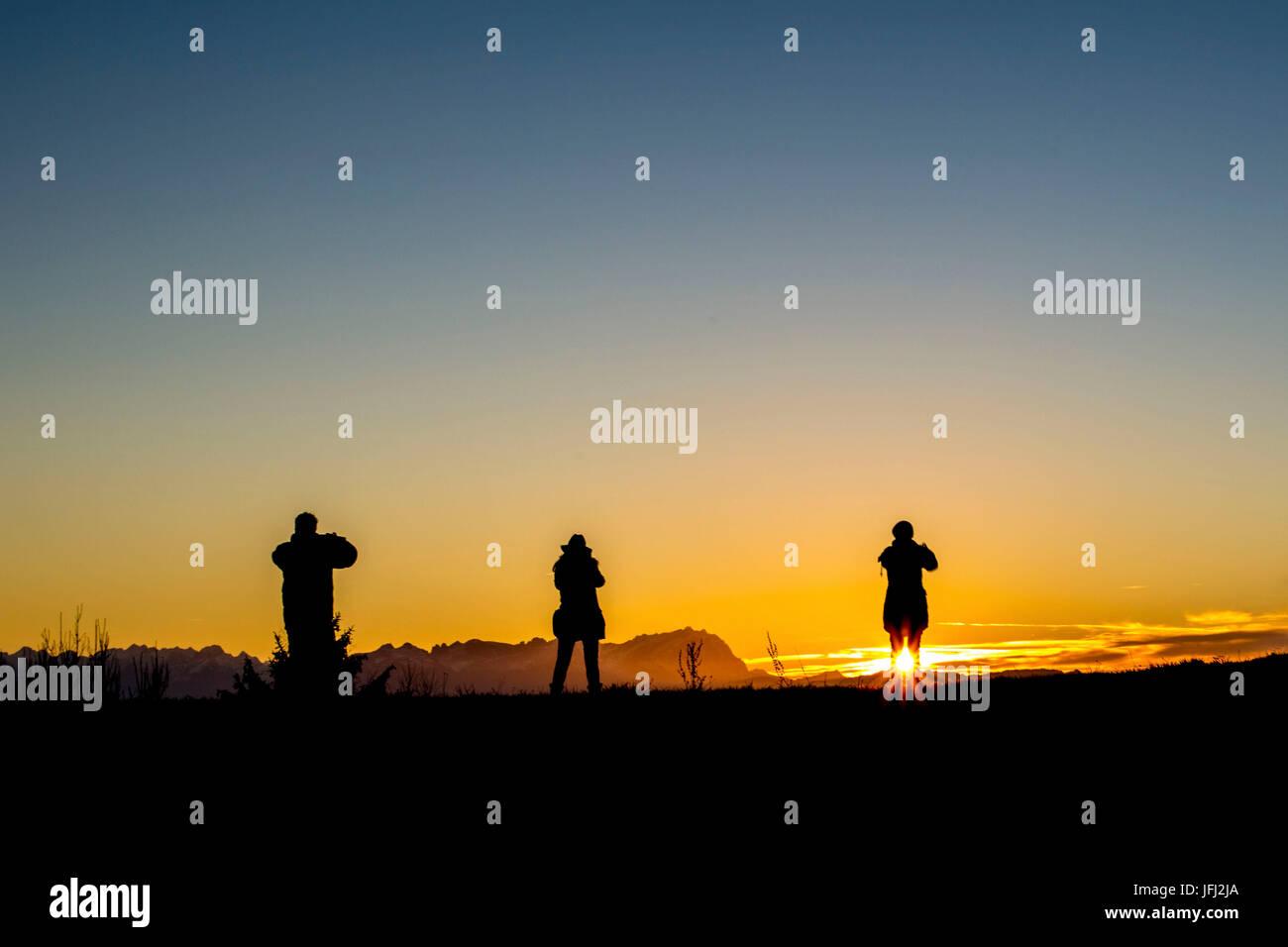 Menschen beobachten Sonnenuntergang, Himmel, Säntis Stockbild