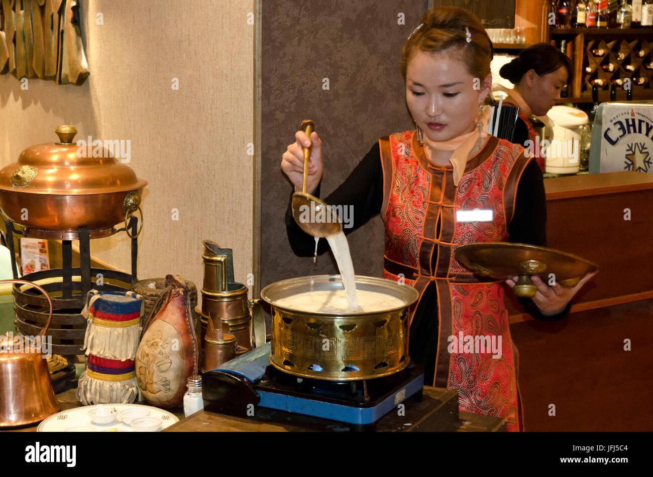 Mongolei, Zentralasien, Ulaanbaatar / Ulan-Bator, mongolische Küche, junge Frau beim Kochen Stockbild
