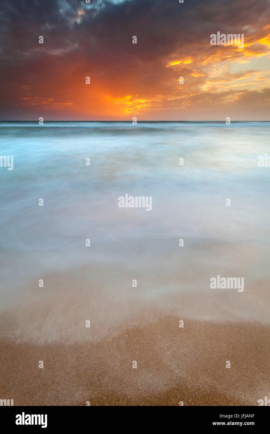 Catania, Sizilien, Italien, ätherische Meer mit Wolken von den Sonnenuntergang Licht gemalt, Stockbild