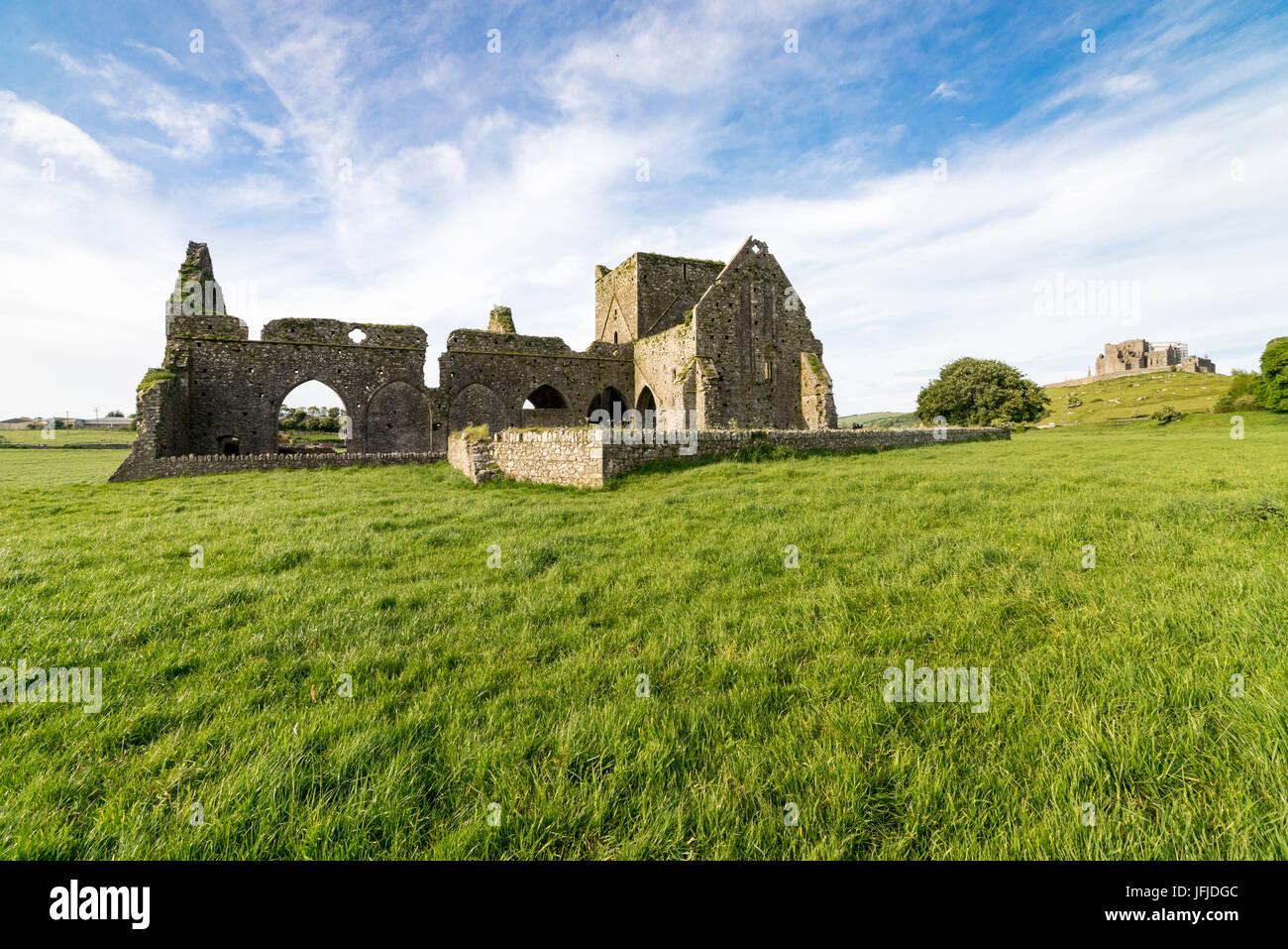 Hore Abbey und Rock of Cashel auf dem Hintergrund, Cashel, Co. Tipperary, Munster, Irland, Europa, Stockbild