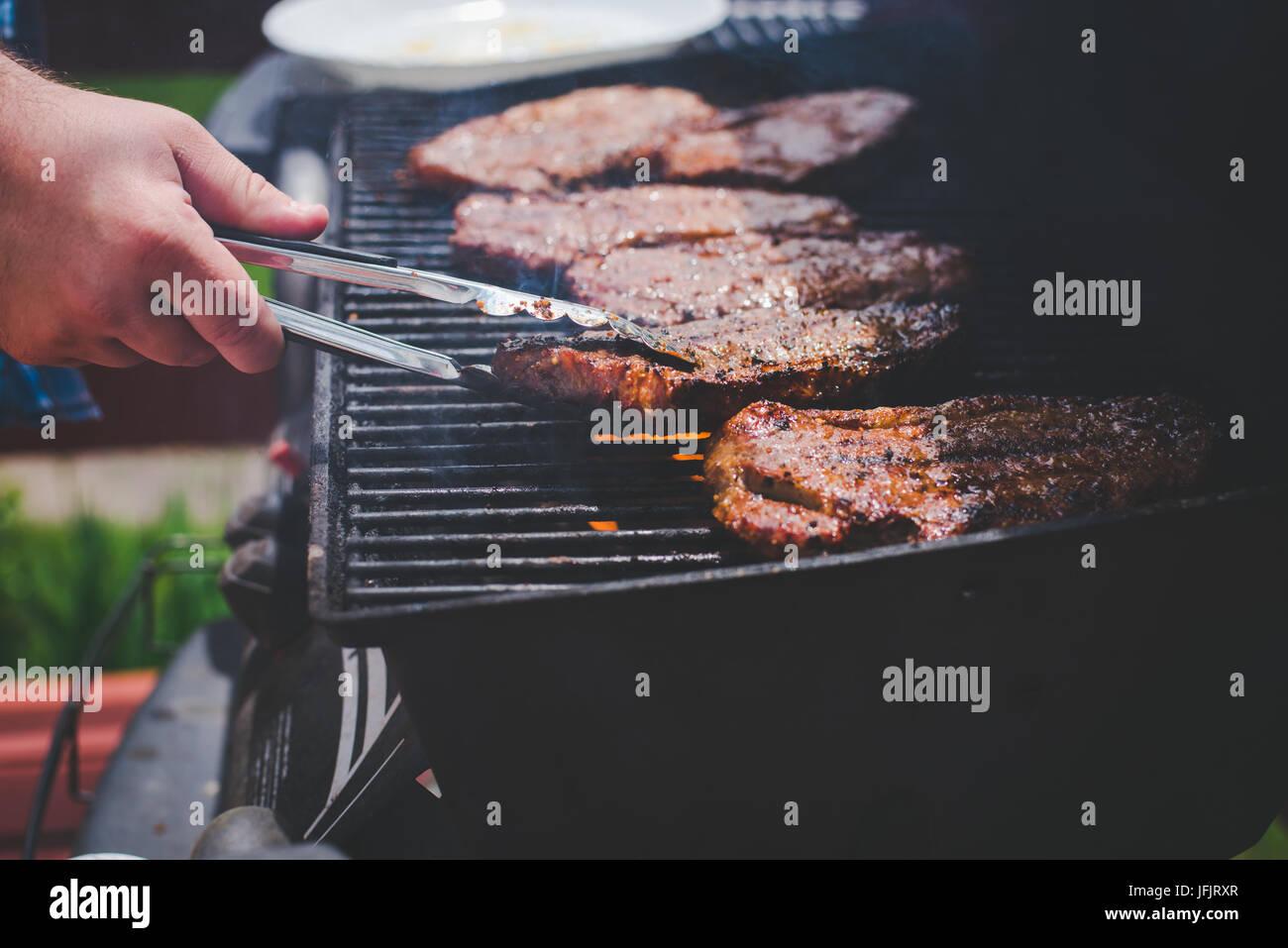 Steaks auf dem Grill gekocht wird. Stockbild