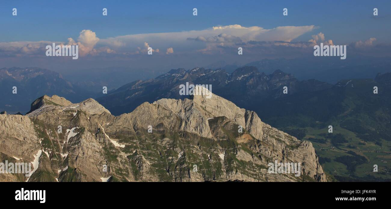 Sommertag am Mount Santis. Blick auf die Berge Wildhuser Schofberg und Drei Schwestern. Stockbild