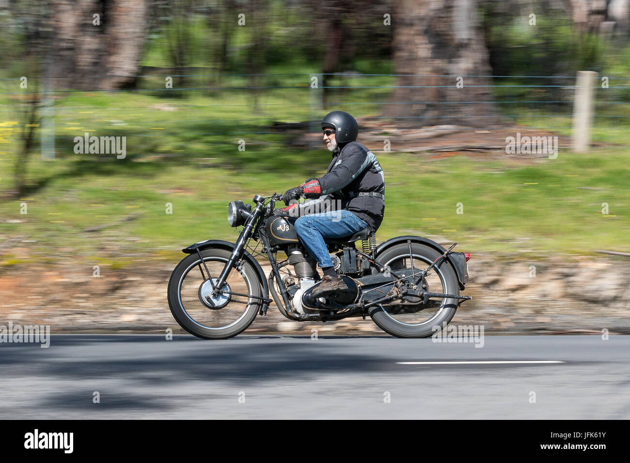 Oldtimer AJS Motorrad auf der Landstraße in der Nähe der Stadt Birdwood, South Australia. Stockfoto