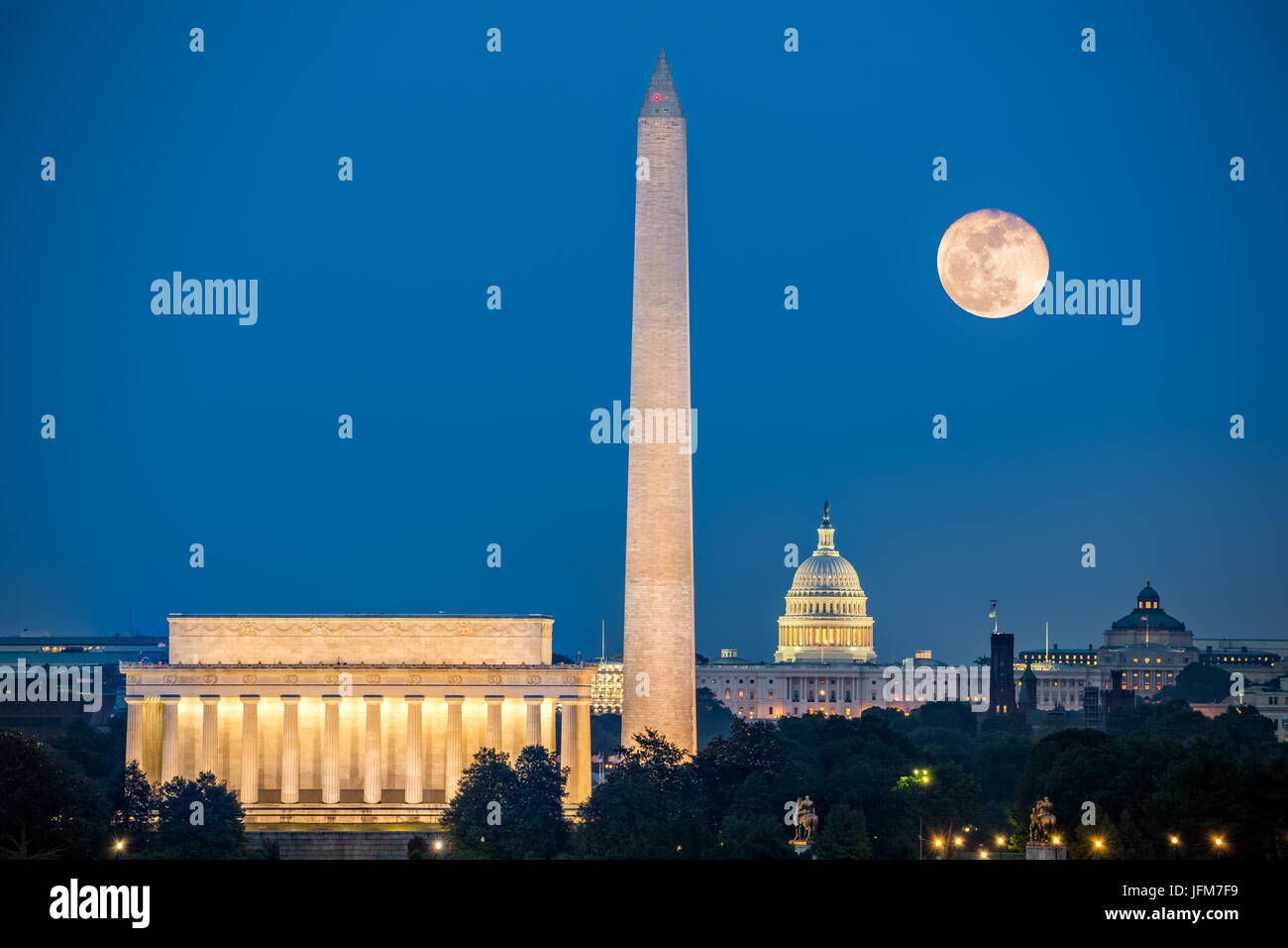 Supermoon über drei berühmte Denkmäler: Lincoln Memorial, Washington Monument und Kapitol in Washington, Stockbild