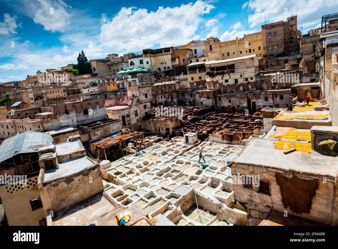 Fes, Marokko, Afrika, Arbeiter in den Gerbereien Ansichten von den Terrassen der nahe gelegenen Labors, Stockfoto