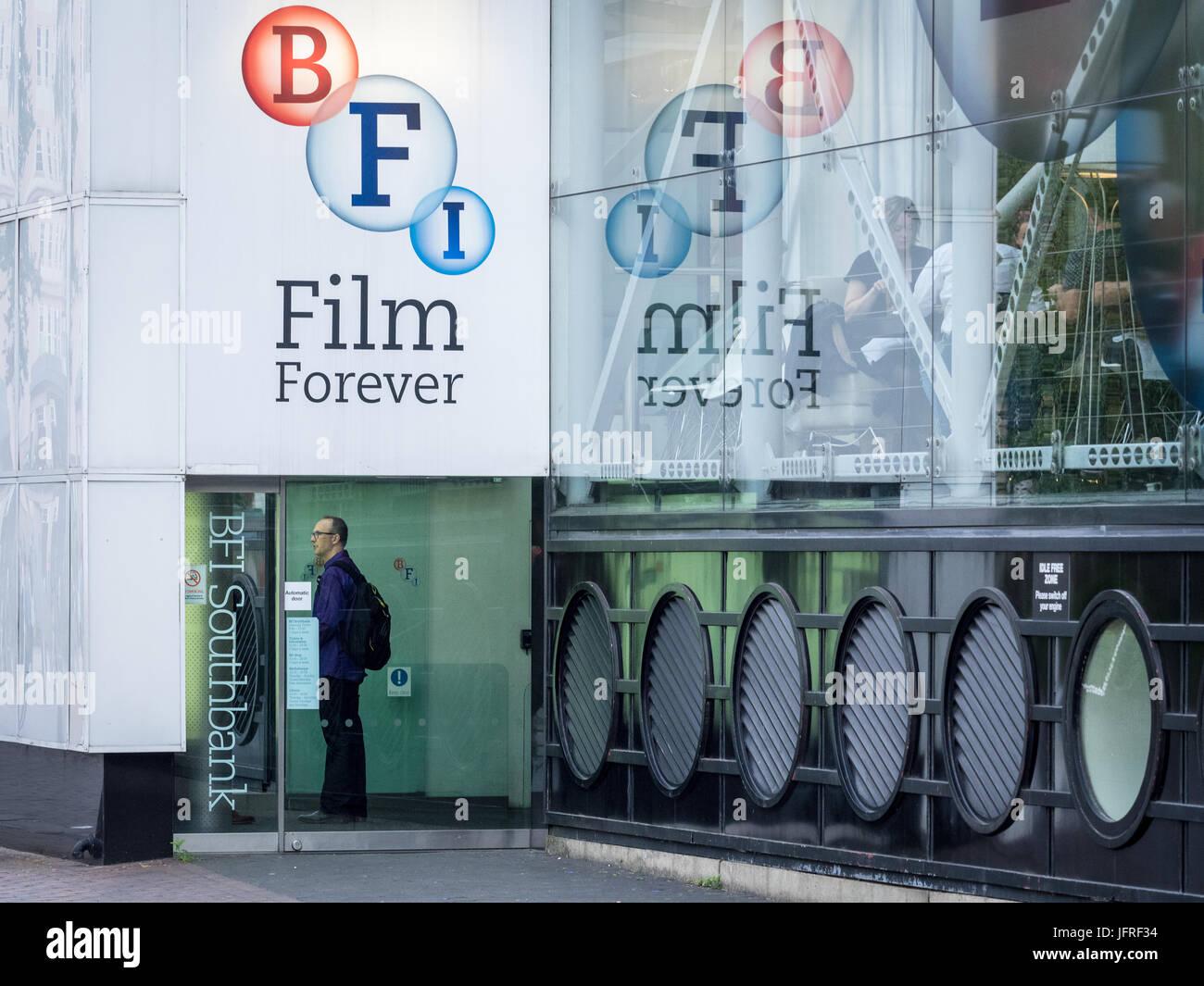 BFI London - Eintritt in das British Film Institute Center auf der South Bank, London, UK Stockbild