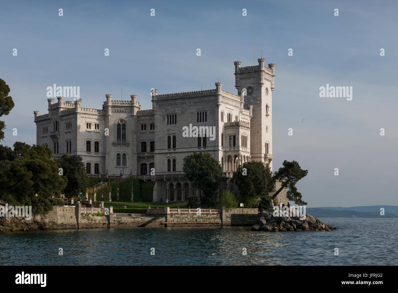 schloss miramare auf den golf von triest von carl junker f r den sterreichischen erzherzog. Black Bedroom Furniture Sets. Home Design Ideas