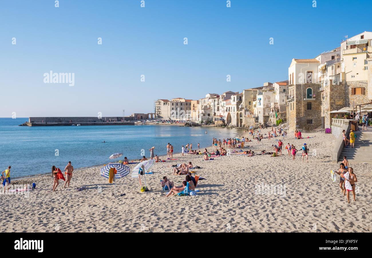 Der Strand in Cefalù, Sizilien. Historischen Cefalù ist ein wichtiges touristisches Ziel auf Sizilien. Stockbild